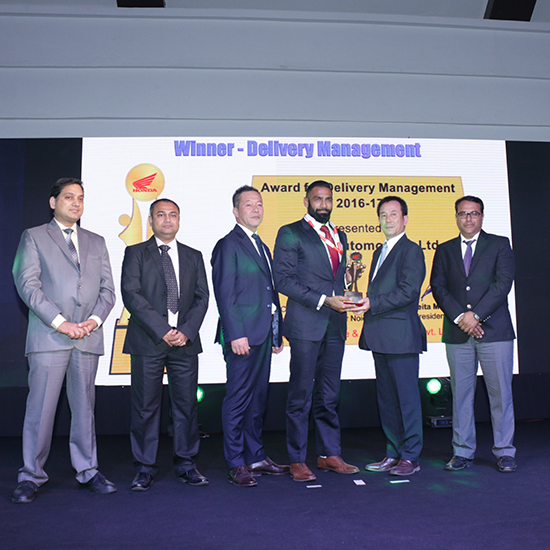 Mr Aditya Goyal receiving the award for Best Delivery Management from Honda
